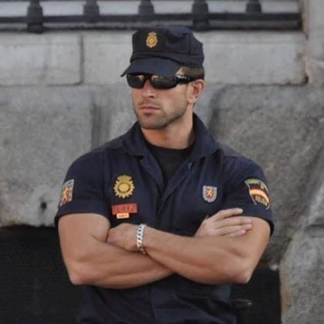 1460755132_294_FOTOS-Los-8-Policías-más-Guapos-del-mundo.-Mecaso