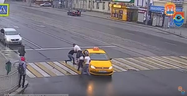 Querían que el taxista respetara el paso de peatones, un cliente va a por ellos y aparece un fortachón - CABROWORLD