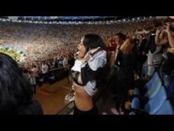 El fútbol generó expectativa a nivel mundial y en la gran final, las figuras de la música no podían faltar en el campo del estadio Maracaná.  Rihanna, la bella cantante nacida en Barbados, estuvo en el estadio y sacó la camiseta de Alemania para hinchar por los dirigidos por Joachim Löw ante Argentina.  Al final, con la victoria en el bolsillo por gol de Mario Götze, Rihanna se sacó la camiseta y mostró sus pechos.  Rihanna alborotó el estadio Maracaná, puesto que antes del compromiso se tomó una foto con el astro brasileño Pelé.
