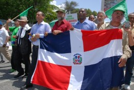 Varias organizaciones sociales, populares y religiosas realizaron en diferentes partes del país protestas a favor de Loma Miranda, partiendo desde el Parque Enriquillo hasta llegar al Senado. Hoy/ Aracelis Mena. 27/08/2014