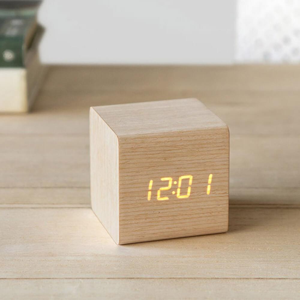 reveil cube en bois chene