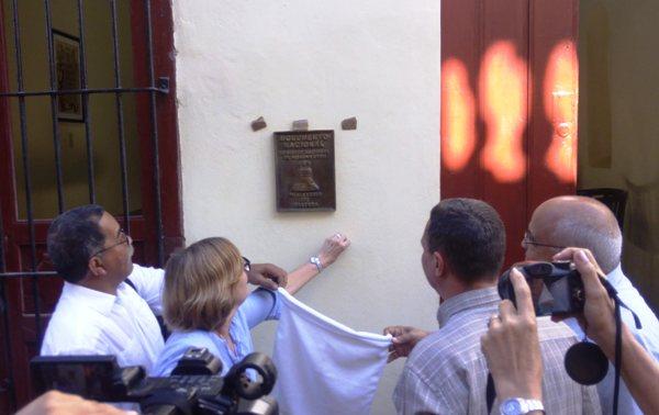 Develación de la tarja con la declaratoria de Monumento Nacional de la Casa Natal de Nicolás Guillén.