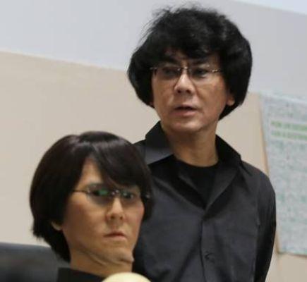 Hiroshi Ishiguro (a la derecha), y su robot.