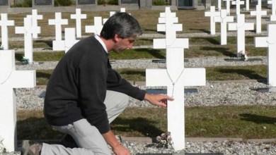 """Photo of Julio Aro, el ex combatiente que puso nombre a las tumbas de los """"soldados sólo conocidos por Dios"""""""