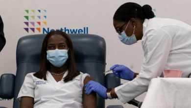Photo of Una enfermera de Nueva York, la primera persona vacunada en EEUU contra el COVID-19