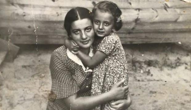 Aquí Liza posa con su hija, Ruth, quien también murió.