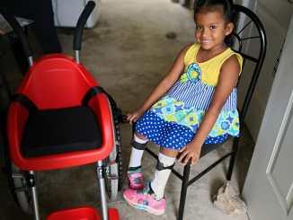 Genesis, receptora de una silla de ruedas.