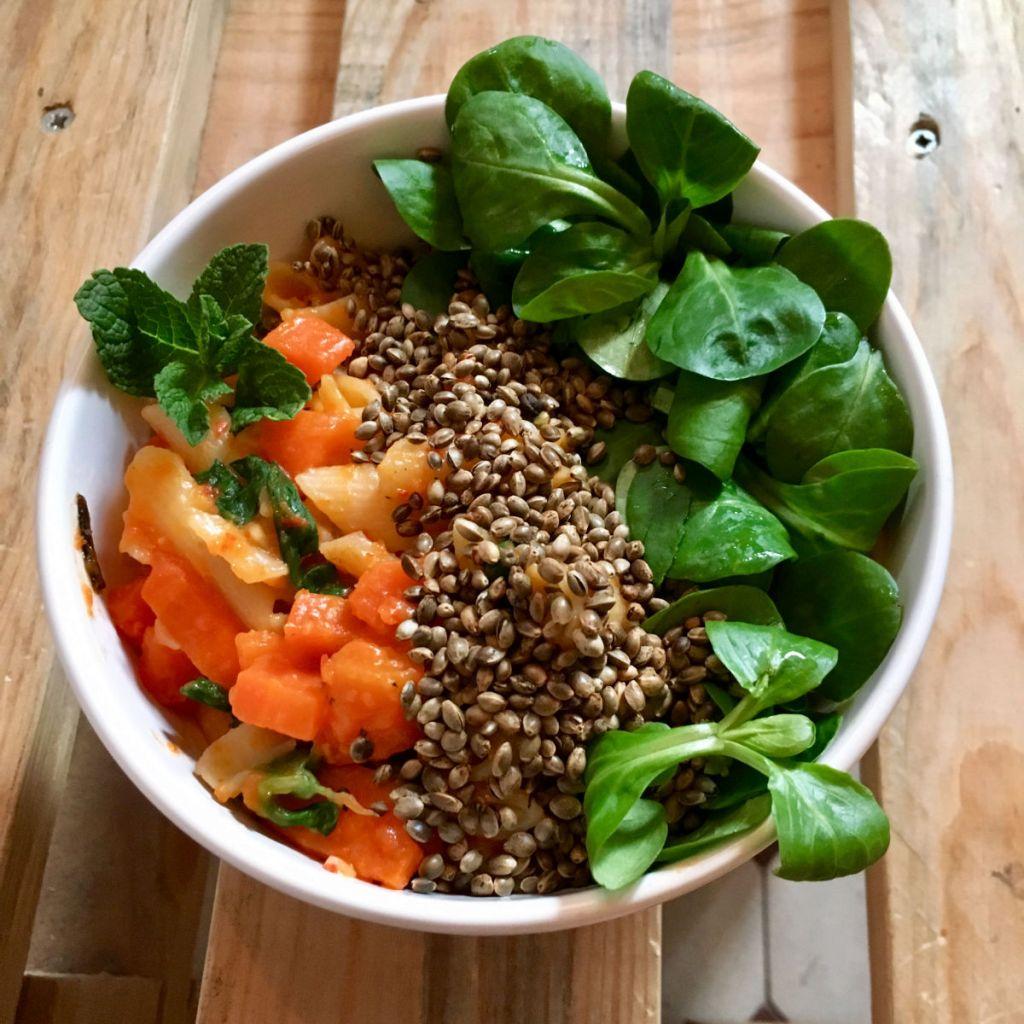 Histaminarm essen: Pasta mit Karotten und Paprika, dazu Feldsalat und Hanfsamen