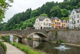 Our in Vianden mit dem Hintergrund Cafe Du Pont.
