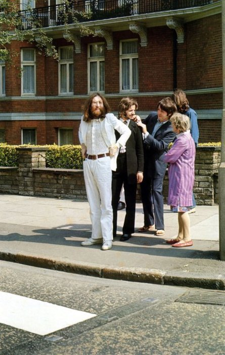 Beatles-preparing-to-cross-Abbey-Road