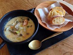 今日のスープセット、かぶと白ねぎと鮭のチャウダー
