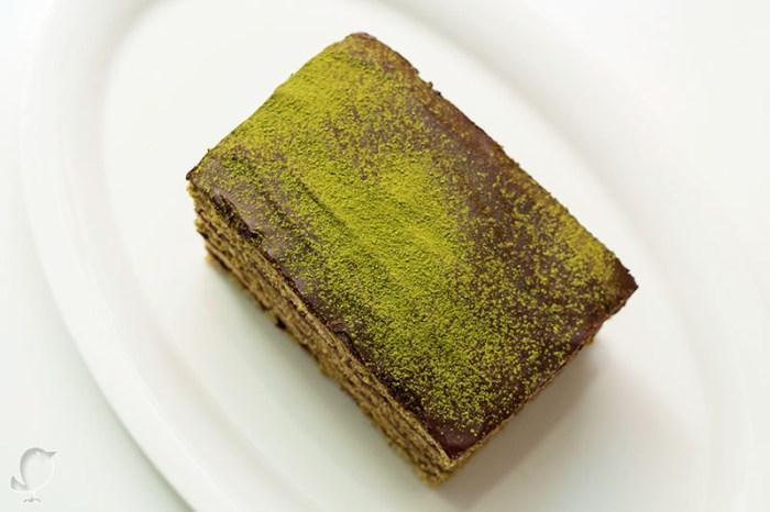 pastel de té matcha y mousse de chocolate