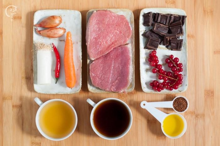 Medallones de ternera en salsa de café, chocolate y arándanos