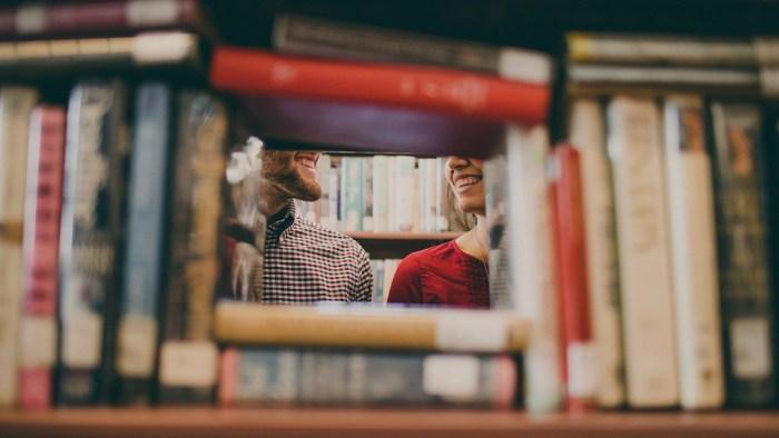 pareja mirandose, san valentin cafe te arte