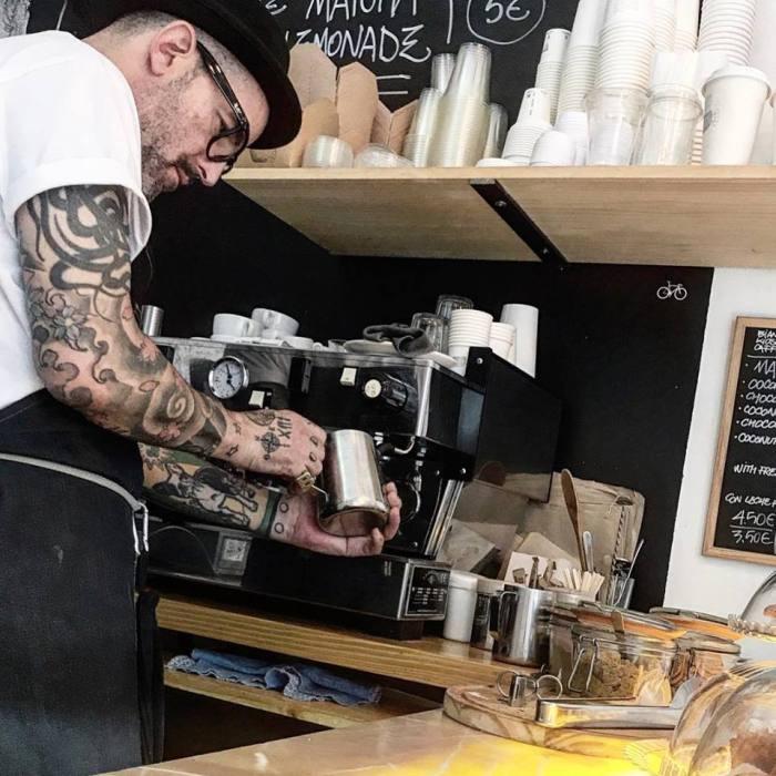 Sandro preparando un café, bianchi kiosko cafe