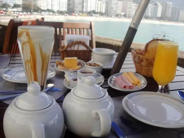 Café da manhã na confeitaria Colombo do Forte de Copacabana, um dos programas imperdíveis do amanhecer