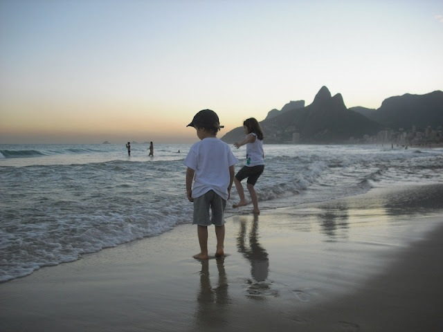 Chegando no Rio, nada melhor do que colocar o pé na areia e na água