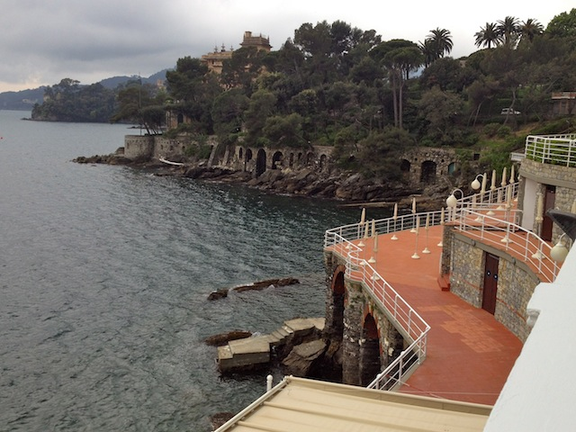 caminho da piscina do hotel para o mergulho entre as pedras da praia