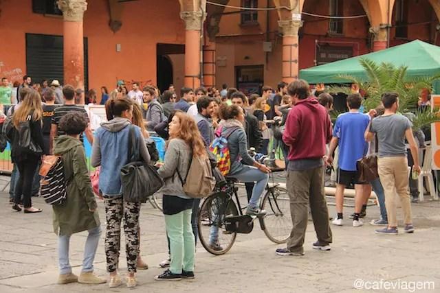 universitários na Piazza Verdi - o espaço público de encontros e atividades dos estudantes