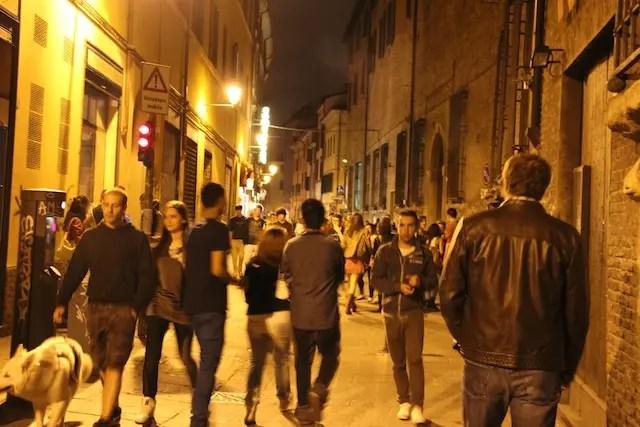 Movimentação jovem pelas ruas de Bologna à noite