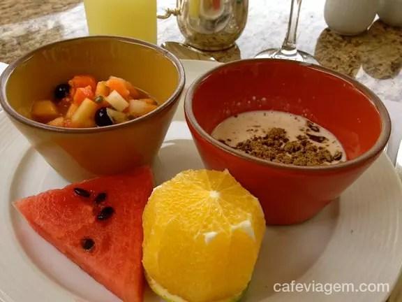 frutas e aveia quentinha com açúcar mascavo (adoro!)