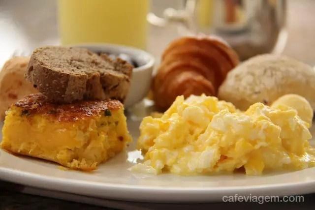 """ao lado dos ovos, a """"sopa paraguaia!"""" - típica receita da região"""