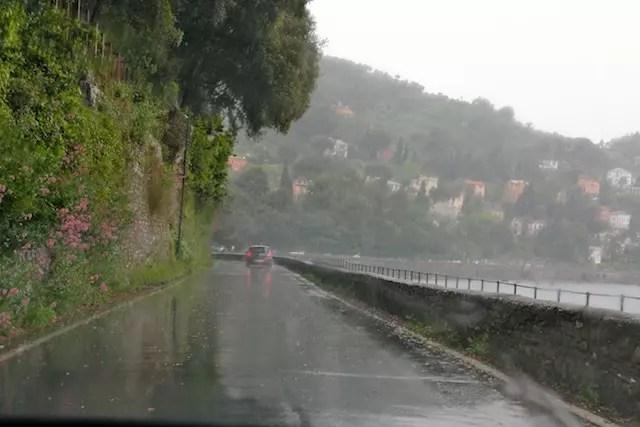 De carro, com chuva, pela curta estrada estreita de Santa Margherita a Portofino