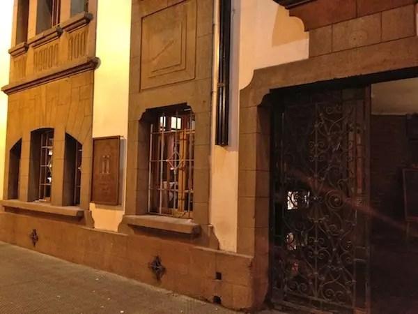 porta escondida da entrada do restaurante na calle Constitucion