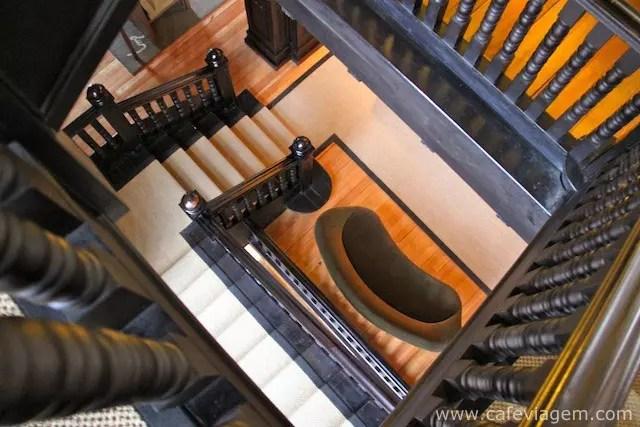 A bela escadaria do hotel