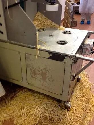 máquina que retira a marca impressa do Parmigiano orginal quando ele não passa pelo controle de qualidade