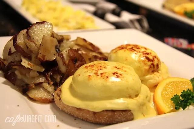 eggs benedicts, adoro! a porção dá pra dividir!