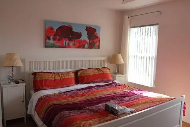 O quarto do casal: cama gigante e confortável