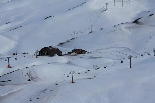 A Escola de Esqui e o Bajo Zero sobre a montanha