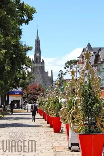 A rua e a Catedral no período de Natal