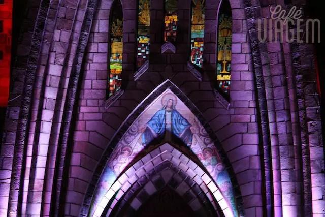 A Catedral à noite, toda iluminada e trocando de cores
