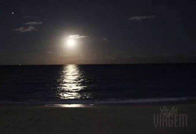 """Ganhamos de  """"brinde"""" três noites de lua cheia na praia."""