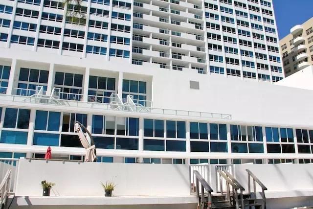 O prédio e o nosso apartamento térreo com varanda para uma destas escadas de madeira da foto que davam direto na praia!