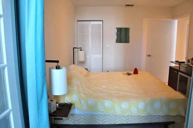 O quarto de casal com closet e banheiro. O que divide um quarto do outro é uma portinha com cortinas