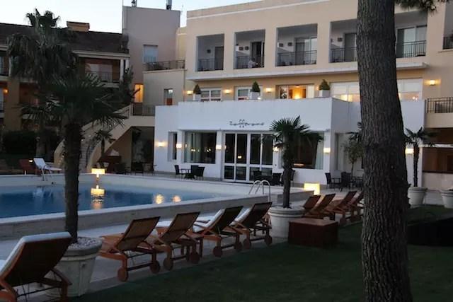 A piscina e o restaurante Zaffareno