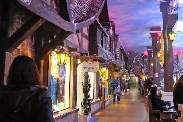 A entrada pelo Vilarejo Alpino e suas lojinhas
