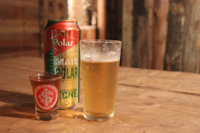 bebidas típicas: Polar e cachaça caseira