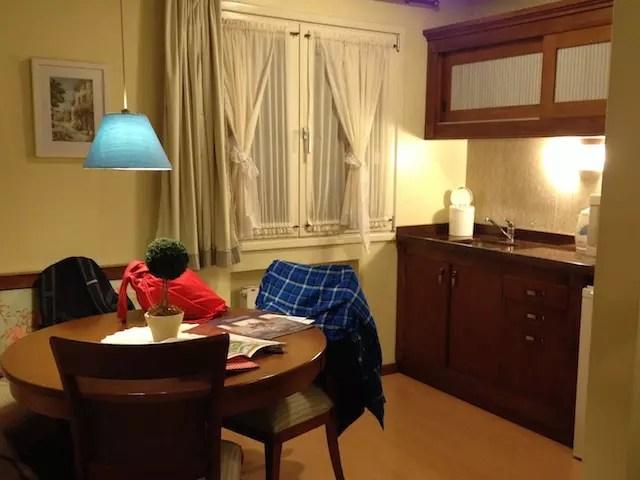 A copa com cozinha dentro do quarto com separação para o quarto das crianças e do casal