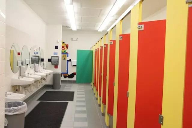 """Até os banheiros tem um clima de """"Legolândia""""!!"""