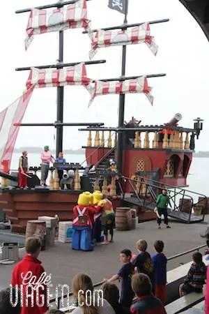 O show dos piratas que assistimos no meio da tarde é bem divertido!