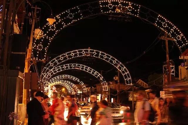 Passear pelas ruas iluminadas já é uma atração!
