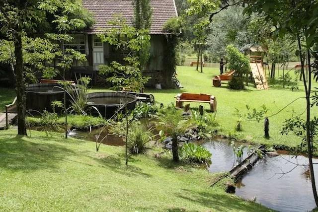 a imensa área verde com restaurante, lago, animais de fazenda e até minizoo