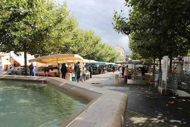 A doce e simpática Carouge e seu mercado em frente à Igreja