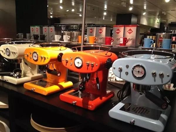 Você encontra as máquinas nas lojas conceito da Nespresso e na loja de departamento Globus