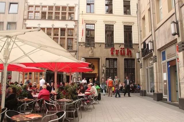 O restaurante e cervejaria Früh é ponto obrigatório para comer e beber - ao lado da Catedral