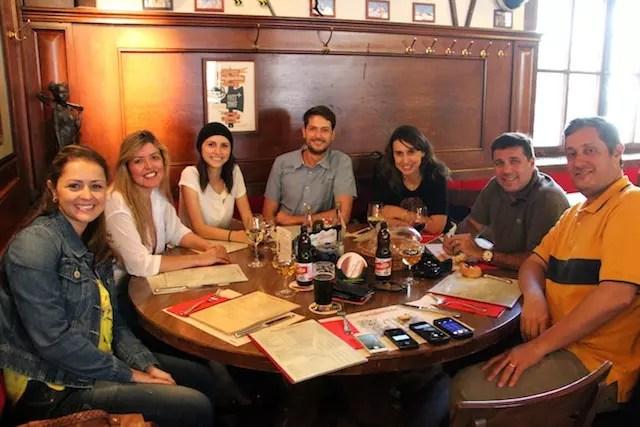 O grupo do SWISS Experience reunido à mesa ao término da viagem: Aprendiz de Viajante, Ela é Americana, Café Viagem, Hypeness e Swiss